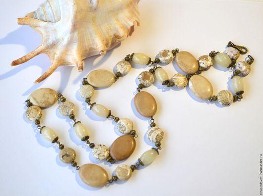 Длинные бусы, сотуар из натуральных и искусственных камней бежевого , песочного цвета.