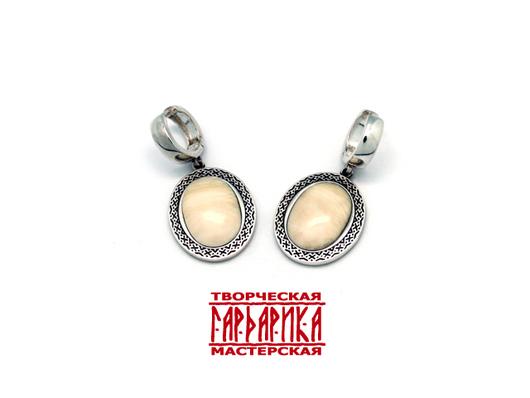 Серебряные серьги с вставками из бивня мамонта.