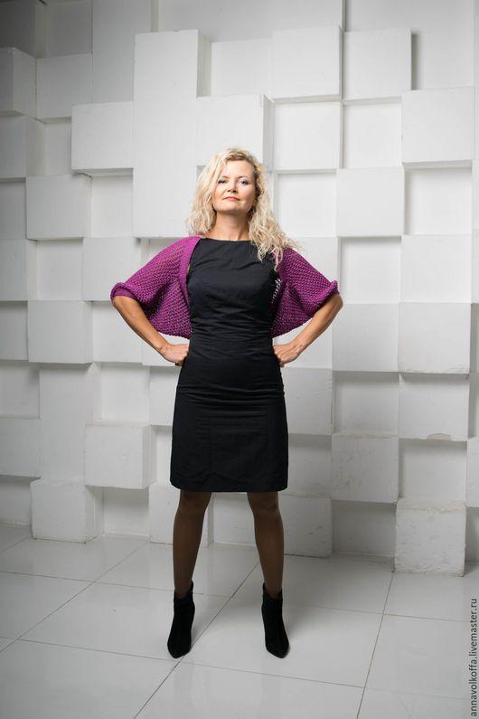 Шраг — незаменимая вещь в любой сезон года. Его можно носить практически с любым нарядом. Особенно элегантно этот стильный аксессуар смотрится с классическим черным платьем.
