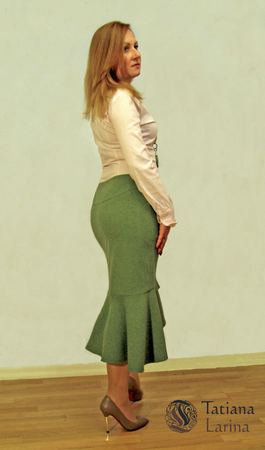 Юбка сверху прямого силуэта (юбка-карандаш), нижняя часть оформлена в виде ассиметричного волана. Это создает интересную игру контрастных форм, плавно перетекающих из одной в другую.