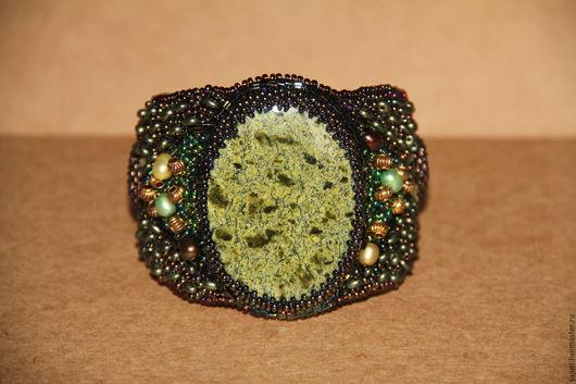 Браслет `Лигейя`. Натуральный камень змеевик, натуральный жемчуг, ювелирные кристаллы, чешский и японский бисер, натуральная кожа.