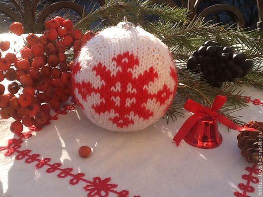 Новый год 2017 ручной работы. Ярмарка Мастеров - ручная работа. Купить Вязаная новогодняя елочная игрушка Шар на елку со снежинками. Handmade.