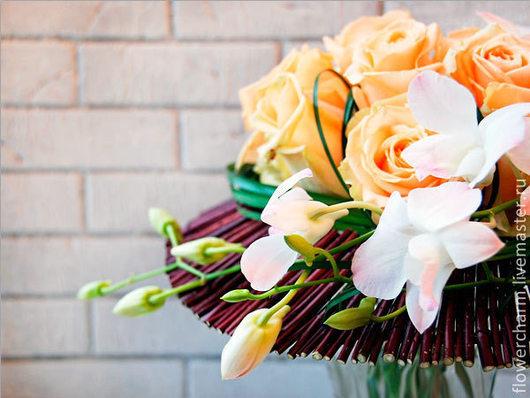 Букет из роз и орхидей на каркасе