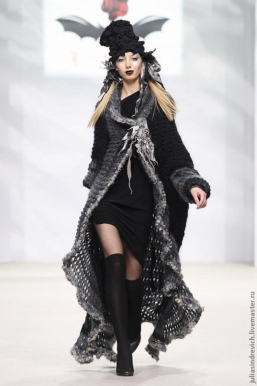 Готика ручной работы. DP_002 Пальто черное с серой оборкой и вискозной жаккардовойподкладкой, мохер, ручная вязка.