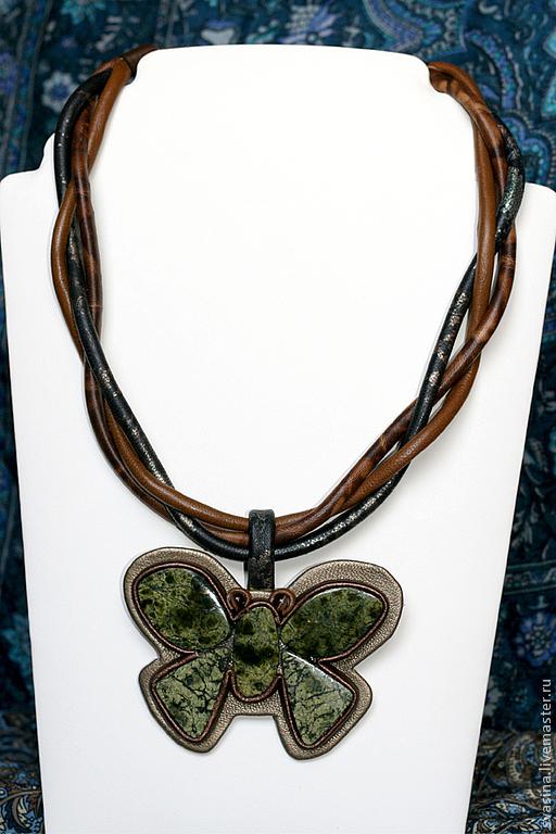 Колье, бусы ручной работы. Ярмарка Мастеров - ручная работа. Купить Коричневое колье из кожи с зеленой бабочкой из змеевика. Handmade.
