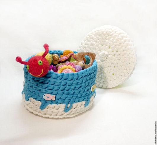 Яркая вязаная корзинка с крышкой, голубая. Корзинка из ленточной пряжи. Ярмарка мастеров - ручная работа. Декор детской комнаты. Подарок маме и малышу.