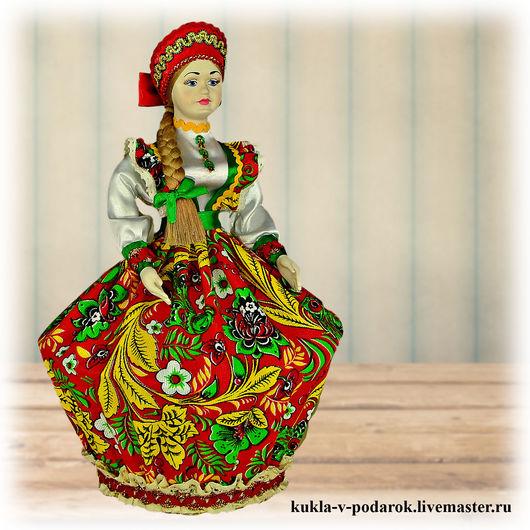 Декоративная шкатулка кукла для хранения украшений круглая коробочка диаметром 12 см и высотой 8 см. В ней можно хранить мелкие предметы, безделушки и бижутерию. Отличный подарок для молодой девушки