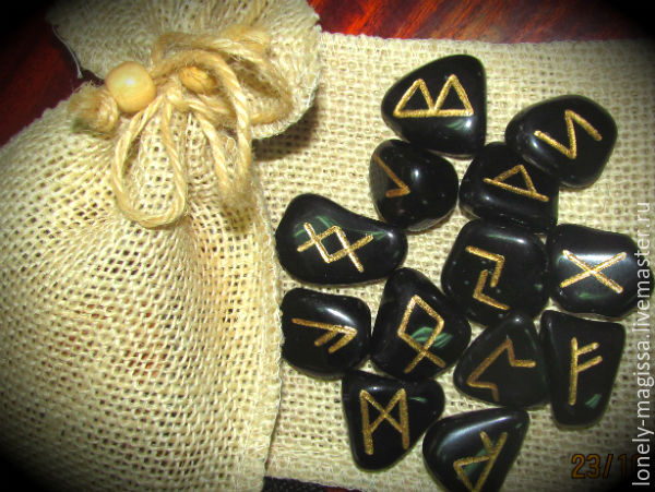 https://cs1.livemaster.ru/storage/81/f9/a30f02956ef9b20a5105359cc0ek--runes-the-scandinavian-runes-of-black-obsidian-set.jpg