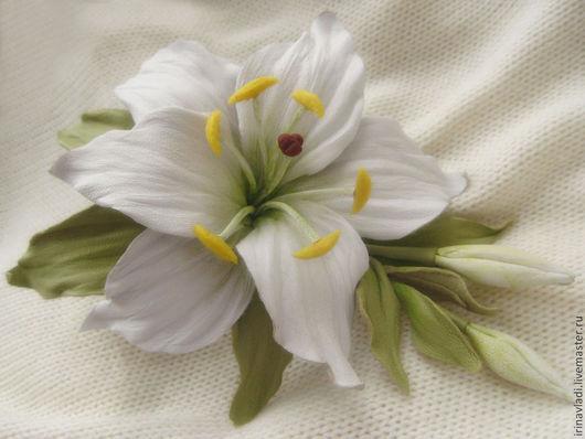цветы из кожи лилия, брошь из кожи белая лилия, белая лилия из кожи ободок.обруч для волос с цветком лилии, украшение из кожи белая лилия, украшение в прическу лилия,  браслет с цветком лилии, кожаный