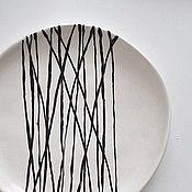 Посуда ручной работы. Ярмарка Мастеров - ручная работа белая тарелка с черным абстрактным узором. Handmade.