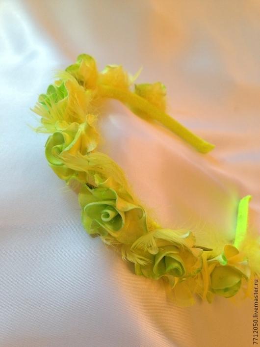 ободок для волос желтое перышко обруч с розами из фоамирана обруч для волос подарок девушке для девочки оригинальный ободок цветы из фоамирана розы желтые салатовые желтое перышко перья яркий ободок у