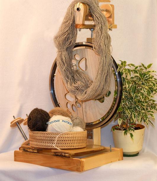 Весь пух спряден на деревянной прялке `Скай`