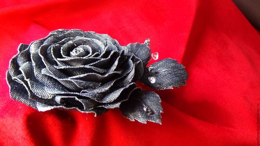 """Броши ручной работы. Ярмарка Мастеров - ручная работа. Купить Брошь роза из джинсовой ткани в винтажном стиле """"Серебряный дождь"""". Handmade."""