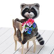 Куклы и игрушки ручной работы. Ярмарка Мастеров - ручная работа Енот Прошка с букетом Интерьерная валяная игрушка. Handmade.