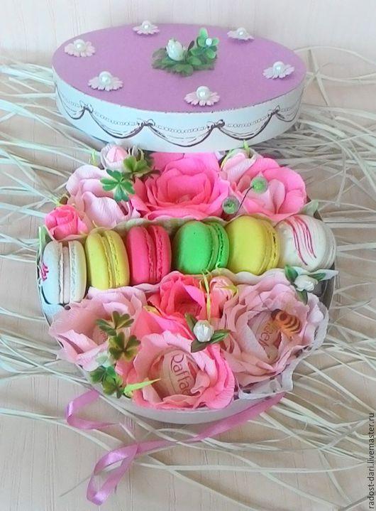 Персональные подарки ручной работы. Ярмарка Мастеров - ручная работа. Купить Подарок с цветами из конфет и макаронсами.. Handmade. Разноцветный