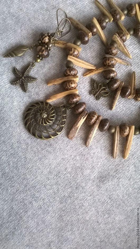 Экзотические украшения в стиле `этно`, с бусинами из древесины пальмы и кокоса, с металлическими подвесками и фурнитурой под античную бронзу: ожерелье, браслет и длинные серьги.