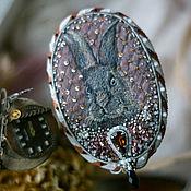 Украшения ручной работы. Ярмарка Мастеров - ручная работа Вышитая брошь с кроликом в винтажном стиле. Handmade.