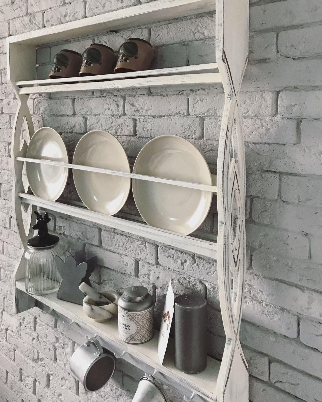ось представляет фото полок с декоративными тарелками раз