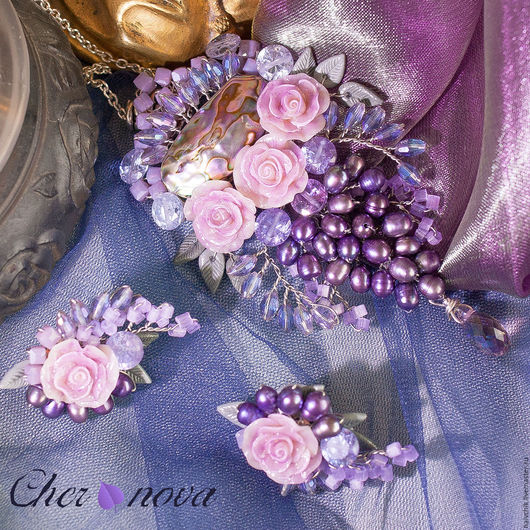 Кулон и серьги, крупным планом, на комбинированном, сине-фиолетовом фоне.