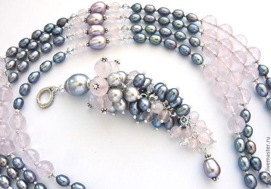 Крупный кулон-гроздь, полностью из серебра и натурального серого жемчуга разного размера, розового кварца и кристаллов сваровски.  Кулон на серебряном бейле, полностью из серебра.
