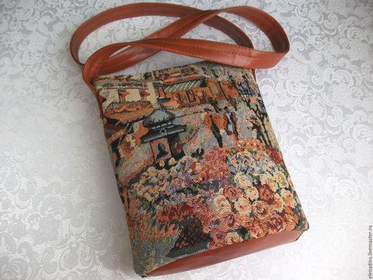 В подарок к сумке  красивый кулон.
