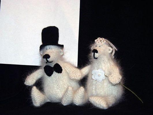 Свадебный подарок медведи. Могут сидеть или висеть. На спинах петельки.