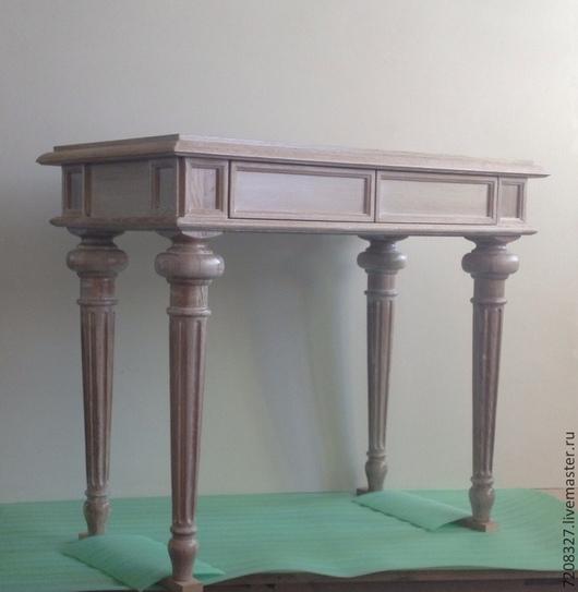 Консольный стол, на красивых точеных дубовых ногах с брошюрованной поверхностью, покрытый морилкой и воском.