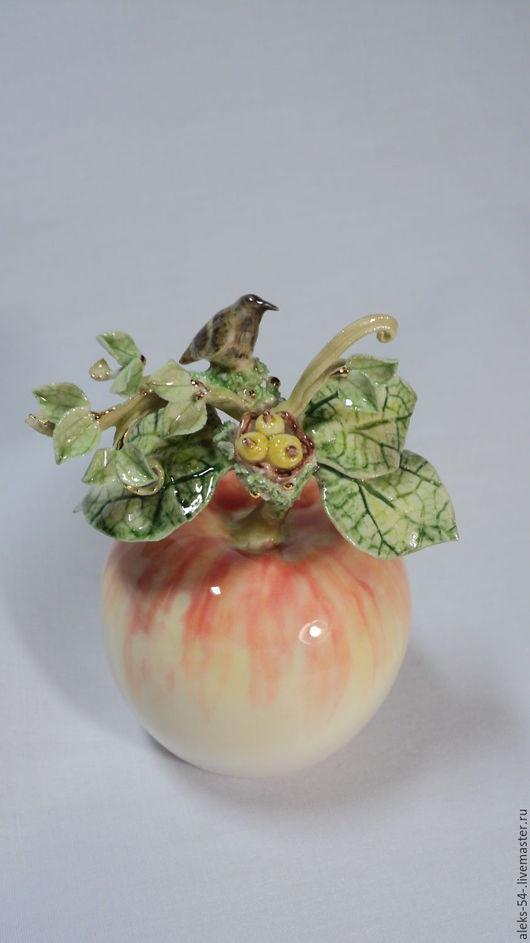 """Колокольчики ручной работы. Ярмарка Мастеров - ручная работа. Купить Колокольчик фарфоровый """" Маленькой птице нравится вкусное яблоко"""". Handmade."""