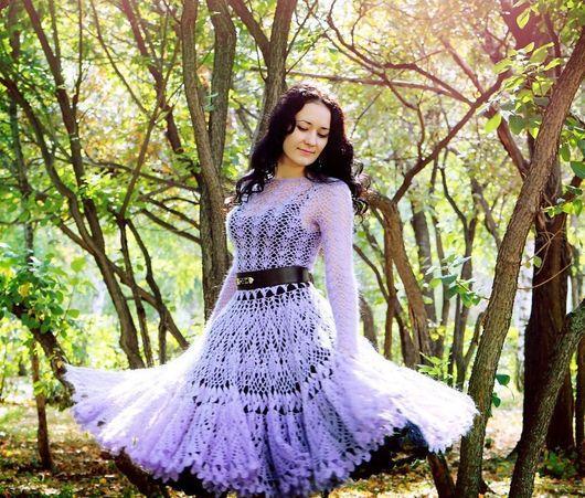 Платье надето с пышной нижней юбкой из жесткой сетки