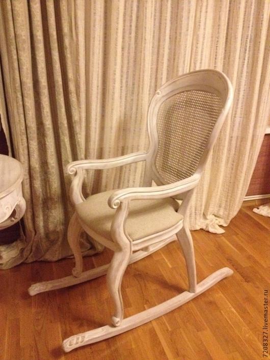 Кресло - качалка из натурального ореха  и ротанга, отражает старый мир гламура и европейского дизайна. Мягкое сиденье, ручная резьба, элегантные линии, благородный орех и ротанг придают креслу шарм и элегантность.