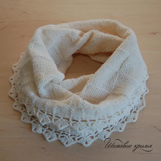 Вязаный шарф-снуд Silk Wings `Белая королева`. Выполнен вручную в мастерской `Шелковые крылья`.