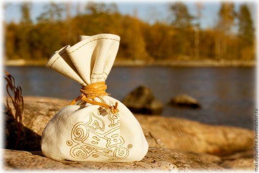 Костровой Набор №2 с кованым огнивом, кремнем и трутом в кисете из небеленой льняной ткани. Кисет декорирован вышивкой в виде костра.