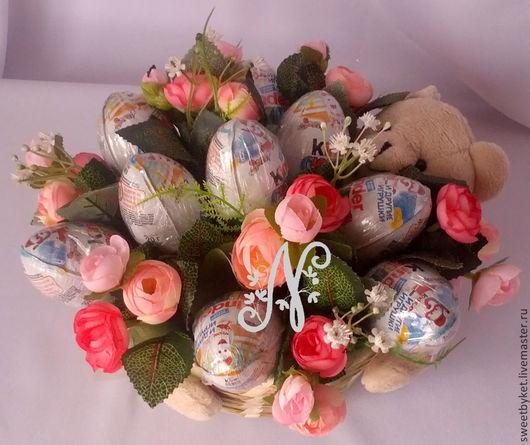 """Букеты ручной работы. Ярмарка Мастеров - ручная работа. Купить Букет из киндереров """"Большой сюрприз"""" на 8 марта, из конфет, ребёнку. Handmade."""