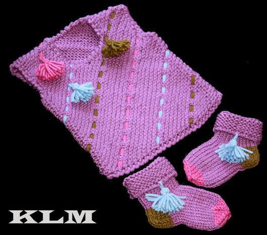 Одежда унисекс ручной работы. Ярмарка Мастеров - ручная работа. Купить Теплый вязаный комплект (безрукавка + носочки) для малышей. Handmade.