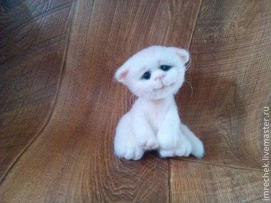 """Игрушки животные, ручной работы. Ярмарка Мастеров - ручная работа. Купить КОТЕНОК """"МОШКА"""". Handmade. Белый, котенок, котенок из шерсти"""
