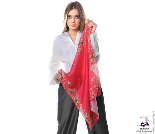 Дизайнер Анна Сердюкова (Дом Моды SEANNA).  Шелковый платок с авторским принтом `Ярко-красный в цветочной рамке`. Размер платка - 65х65 см.  Цена - 2400 руб.