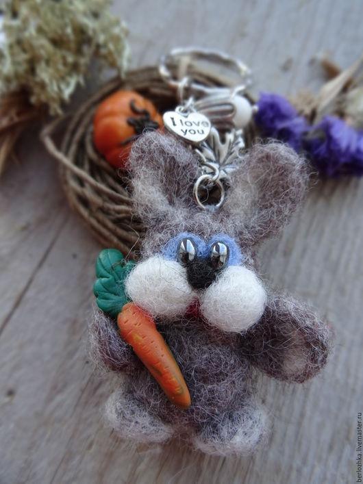 """Брелоки ручной работы. Ярмарка Мастеров - ручная работа. Купить """"Зайка. С морковкой"""" брелок для ключей, детский брелок. Handmade."""