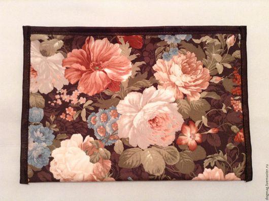 Большая косметичка - длина 30 см, высота 20 см, структура - плотная, основная ткань - велюр на клеевой основе, подкладочная ткань - хлопок красного цвета без рисунка, застежка - молния.