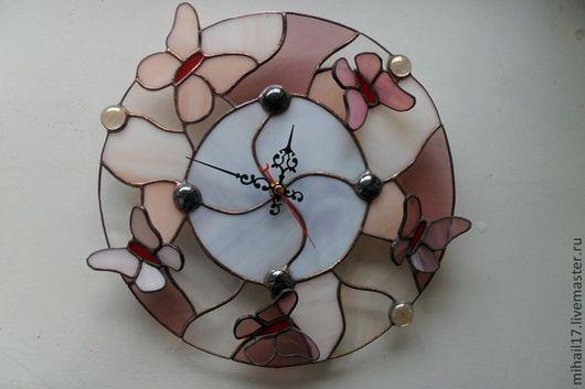 """Часы для дома ручной работы. Ярмарка Мастеров - ручная работа. Купить Часы Витражные в технике тиффани """"Розовые мотыльки"""". Handmade."""
