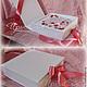 Фотоальбом декорирован розочками розового, красного и айвори цветов. На коробочке  для хранения розовая лента.