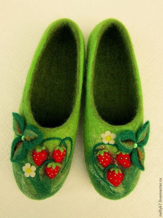 """Обувь ручной работы. Ярмарка Мастеров - ручная работа. Купить """"Земляничное счастье"""". Валяные тапочки.. Handmade. Зеленый, 100% шерсть"""