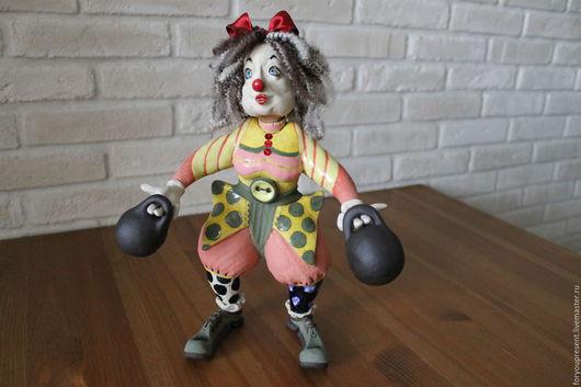 """Статуэтки ручной работы. Ярмарка Мастеров - ручная работа. Купить статуэтка""""Клоунесса с гирями"""" из глины. Handmade. Статуэтка ручной работы"""