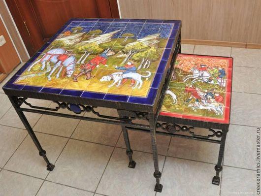 Кованый стол с ручной росписью керамической столешницы. На столешницы изображены сцены охоты из средневекового пособия для охотника и его свиты.