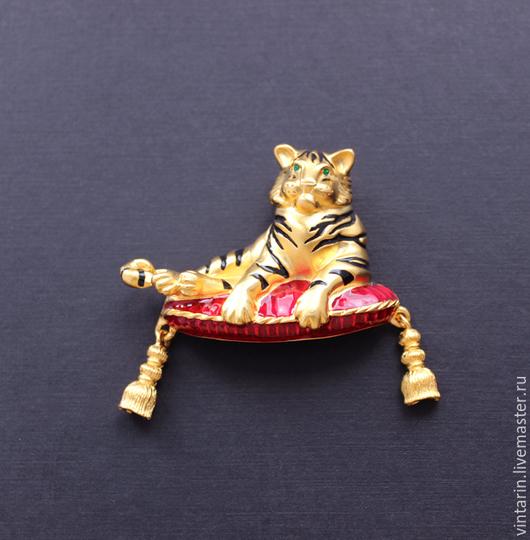 """Винтажные украшения. Ярмарка Мастеров - ручная работа. Купить Брошь винтаж """"Bob Mackie"""", тигр на подушке, брошь винтажная. Handmade."""