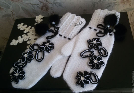 Варежки, митенки, перчатки ручной работы. Ярмарка Мастеров - ручная работа. Купить Рукавицы варежки вязаные нарядные белые черные с помпонами. Handmade.