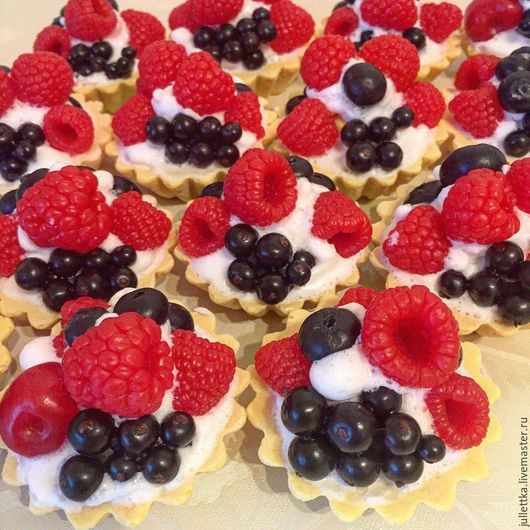 """Мыло ручной работы. Ярмарка Мастеров - ручная работа. Купить Мыло пирожное """"Корзинка"""" с ягодами: малиной, ежевикой, голубикой... Handmade."""
