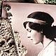 Гладкое черпало серебряной кофейной ложки `Ангелок`  украшено гравировкой буквы `Т`.  Ложка с гравировкой (вензель, монограмма, дарственная надпись, памятная дата) - хороший подарок на Крестины, День