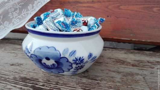 ...вазочка-конфетница, или салатница, производства , легендарной гжели....выполнена, в 70-х годах прошлого века... ... автор росписи - Дунашова  Татьяна Сергеевна..