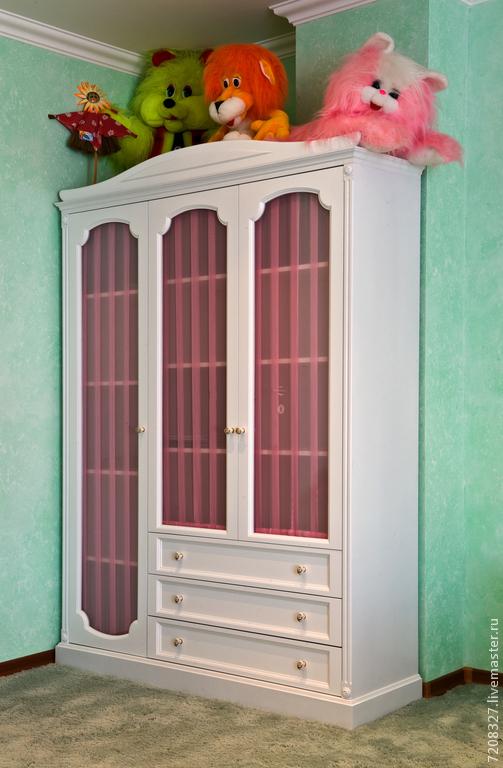Вместительный, функциональный шкаф. Имеет две секции хранения со стеклянными дверцами и три просторных выдвижных ящика. Выполнен в классическом стиле и подойдет к любому интерьеру спальни или детской.