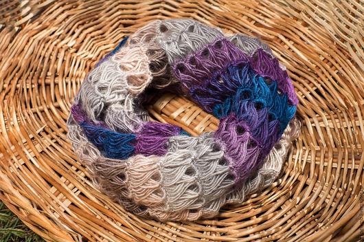 Очень нежный и при этом с насыщенными цветовыми акцентами шарф-снуд удобного размера и оригинальной вязки.  Цена - 3500 рублей.
